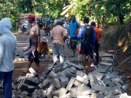 Pembangunan Jalan Desa Karanggandu